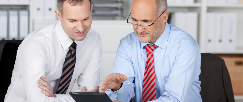 Zwei Geschäftsmänner mit Tablett