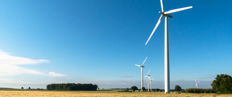 Stoppelfeld mit Windrädern