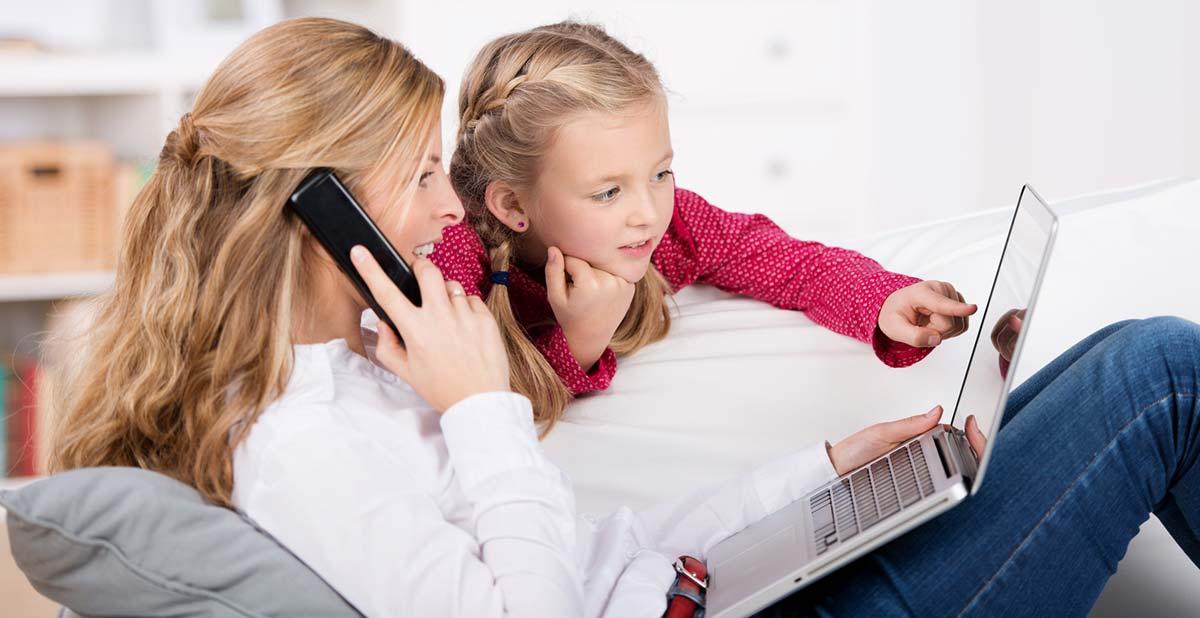 Mutter und Tochter schauen auf Laptop